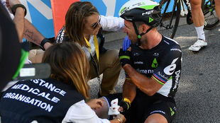 El inglés Mark Cavendish, atendido tras el accidente con Peter Sagan...