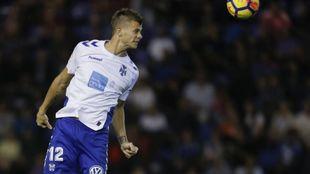 Longo (25) cabecea un balón durante un encuentro con el Tenerife.
