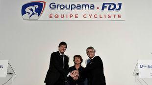 Thierry Marte (izq.) de Groupama, Stephane Pallez, de FDJ y Marc...
