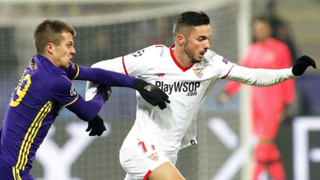 Sarabia se escapa de un jugador del Maribor.