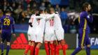 Los jugadores del Sevilla celebran el gol de Ganso.