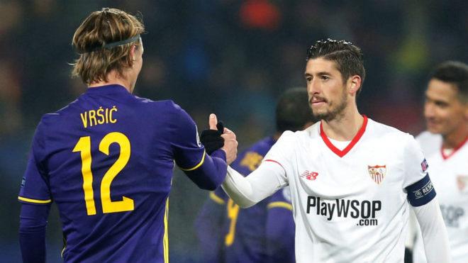 Escudero le da la mano a un jugador del Maribor.