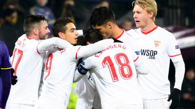 Los jugadores del Sevilla celebran el 1-1.