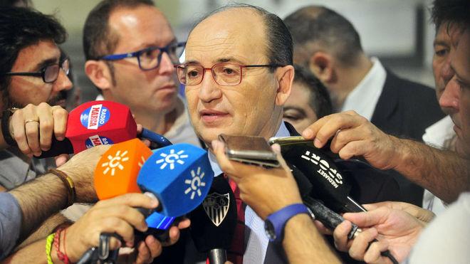 José Castro atiende a los medios en el aeropuerto.