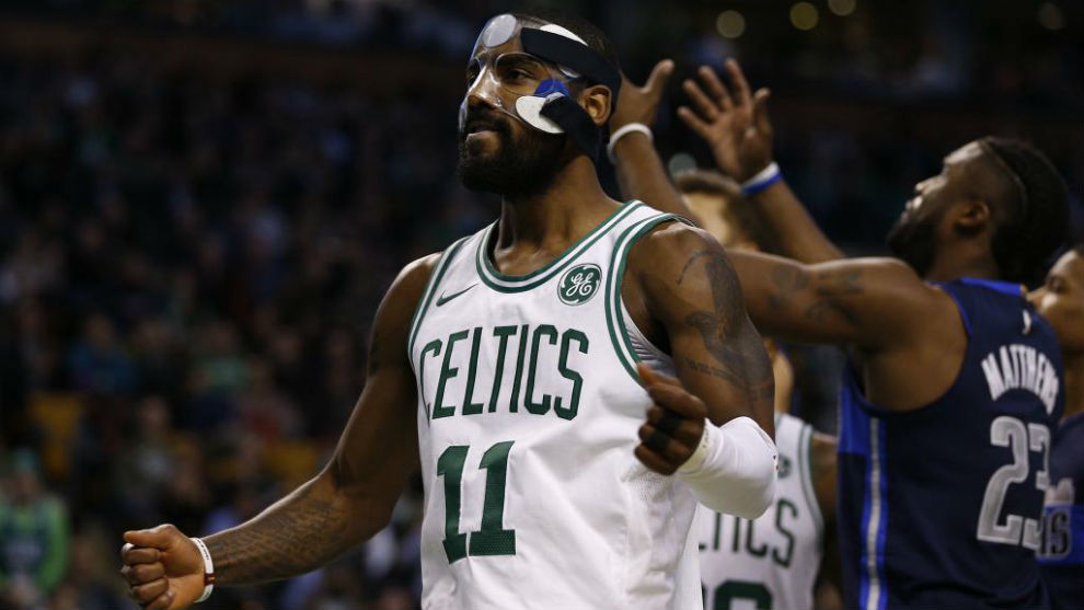 Kyrie Irving celebra una canasta ante los Dallas Mavericks