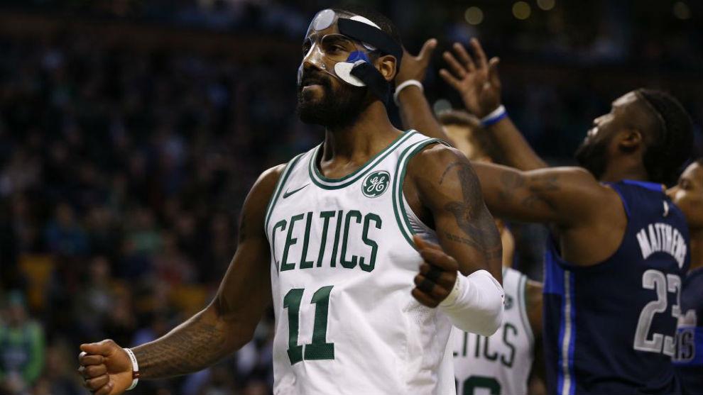 Kyrie Irving celebra una canasta ante los Dallas Mavericks