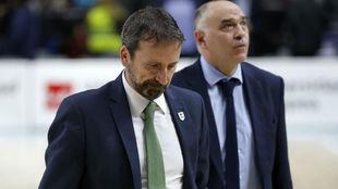 Pablo Laso y Joan Plaza se retiran al vestuario tras el Madrid-Unicaja