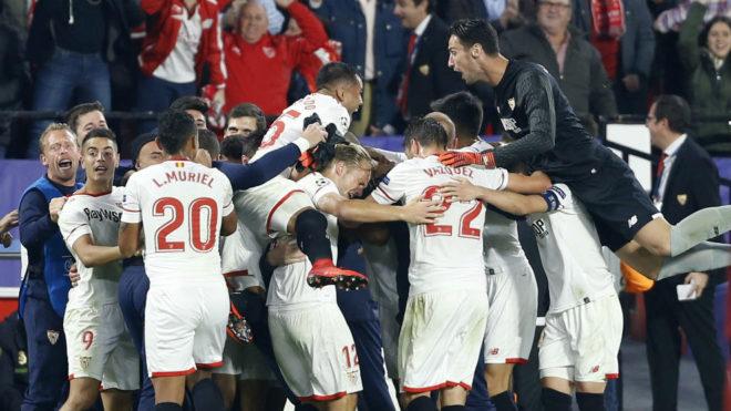 Celebración del 3-3 en Nervión frente al Liverpool.