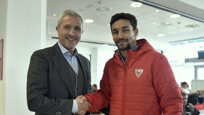 Pablo Blanco y Jesús Navas, en el aeropuerto de Maribor.