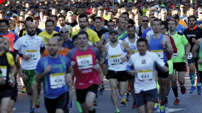 Varios corredores en el medio maratón de Madrid.