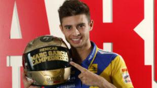 Marc García, en su visita a MARCA, posa con el casco conmemorativo de...