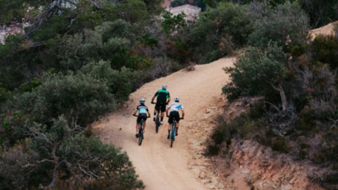 Tres ciclistas en acción.
