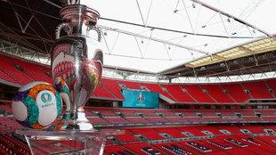 El trofeo y balón de la Euro posa en el estadio de Wembley