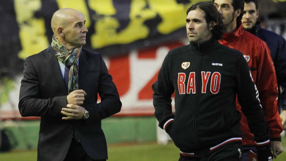 Jesús Muñoz, junto a Jémez, antes de iniciarse un partido del Rayo.