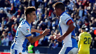 Unai Bustinza celebra un gol con su compañero Gabriel Pires.