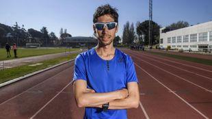 Javi Guerra posa en una pista de atletismo