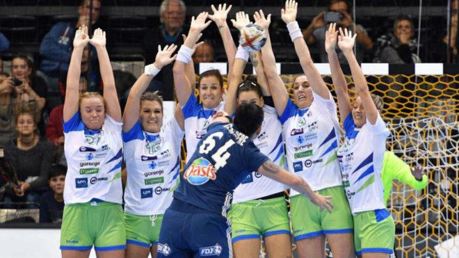 Barrera defensiva de Eslovenia, en el partido que ganaron a Francia.