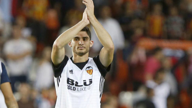 Guedes aplaude a la afición en  Mestalla.