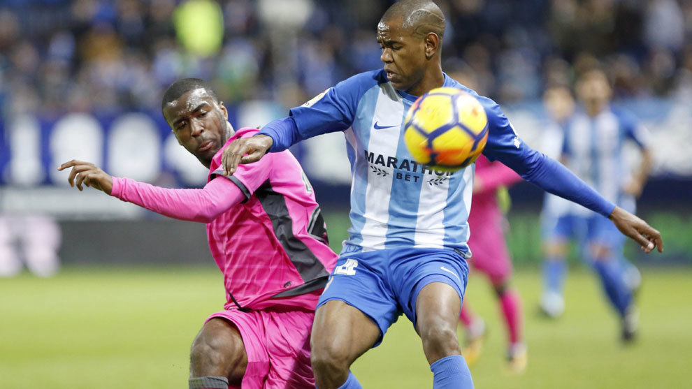 Rolan disputa un balón en un partido contra el Levante.