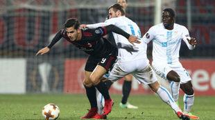 André Silva intenta superar a un rival.