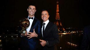 Cristiano, con Jorge Mendes frente a la Torre Eiffel.