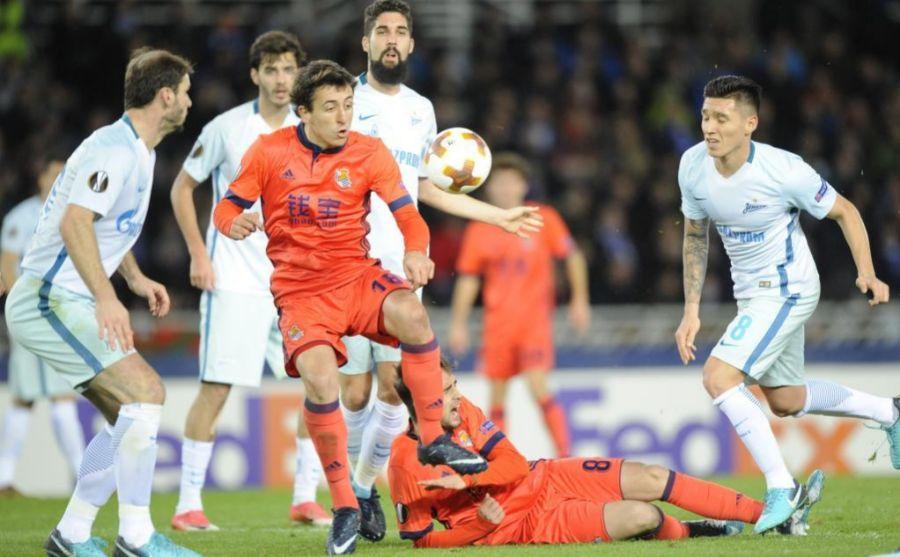 Oyarzabal controlando un balón frente a la defensa del Zenit
