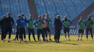 Natxo González da instrucciones a sus jugadores en una sesión.