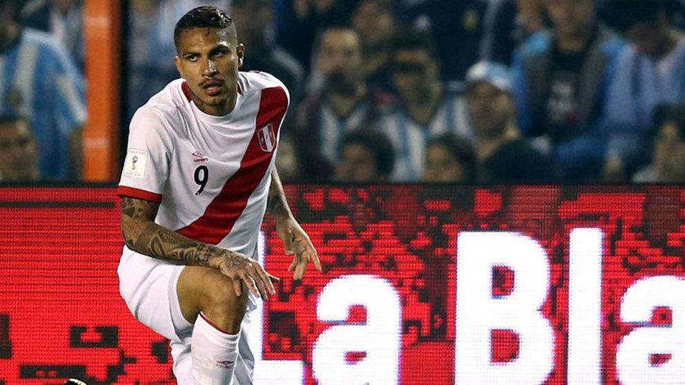 Paolo Guerrero, en La Bombonera tras el partido entre Argentina y...