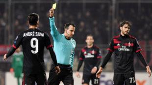 André Silva recibiendo una amarilla en el partido ante el Rijeka