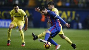 Jaume Costa disputa un balón con Messi