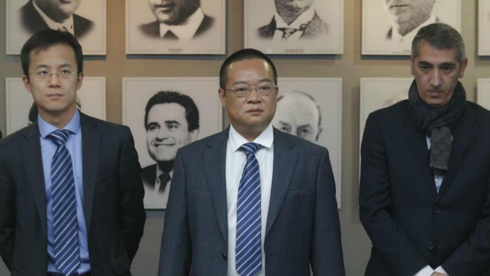 Chen Yansheng, flanqueado por Mao Ye y Ramón Robert.