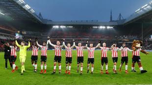 El PSV, con su afición al finalizar un partido en la Eredivisie.