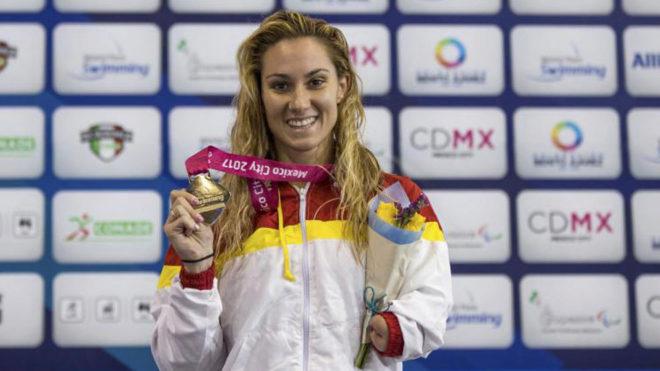 Sarai Gascón posa con uno de los tres oros conquistados en México