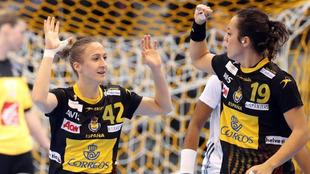 Las jugadoras españolas Ivet Musons y Paula García celebran un gol