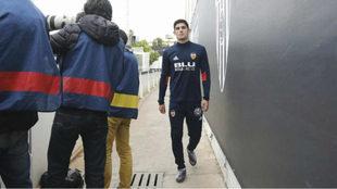 Guedes camina tras acabar su sesión de recuperación en Paterna este...