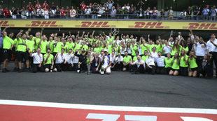 Mercedes celebra el título de Hamilton en México
