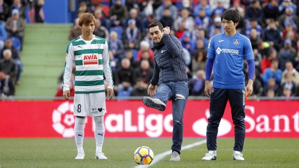 Takashi Inui, Javier Fernández y Gaku Shibasaki, en el saque inicial...
