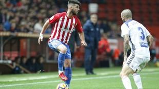 Jordi calavera pisa el control en un partido ante el Zaragoza