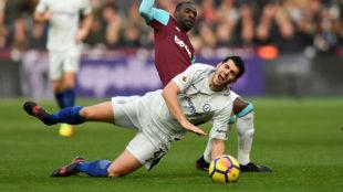 Morata en el suelo tras un contacto con Obiang