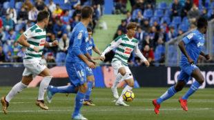 Inui conduce el balón en el partido ante el Getafe.