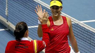 Conchita y Garbiñe se chocan la mano