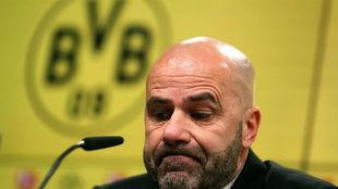 Bosz, técnico del Dortmund, en la rueda de prensa.