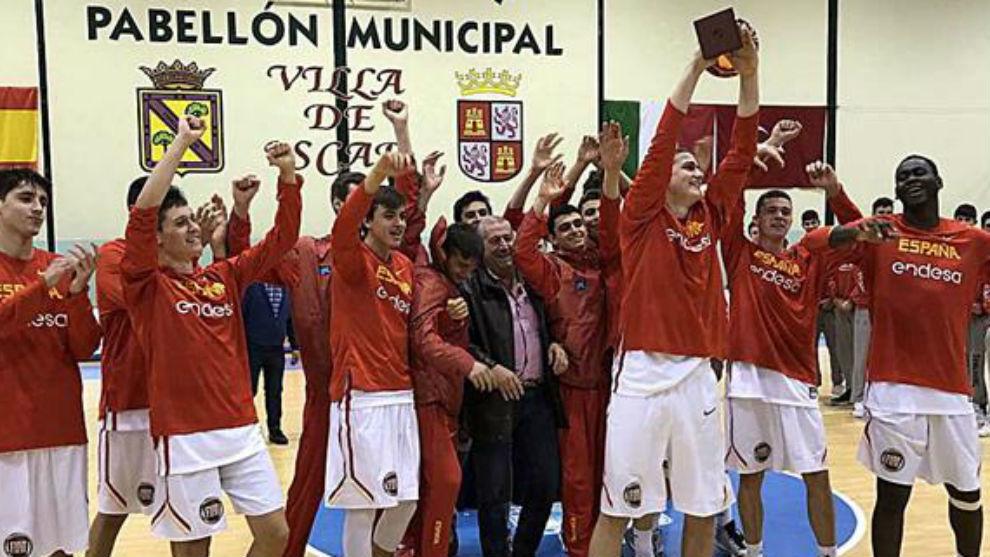 Los jugadores de la selección española levantan el trofeo de...