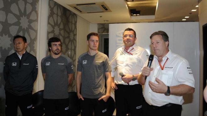 Zak Brown junto a Boullier, Vandoorne, Alonso y Hasegawa en la...