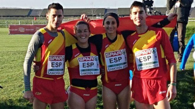 El relevo mixto español posa con la bandera.