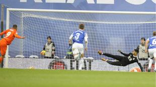 Borja Bastón marca ante le Real el 0-1, de penalti.
