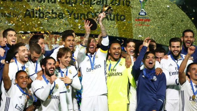 Los jugadores del Real Madrid, levantando el título en Japón.