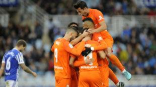 Los jugadores del Málaga celebran el 0-2 ante la Real.