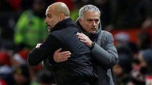 Guardiola y Mourinho se saludan tras el derbi de Mánchester.