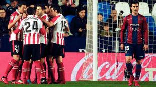 Los jugadores del Athletic celebran el 0-1 de Aduriz.